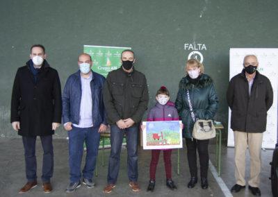 Nora Laborda Landa posa con su dubjo junto a sus padres y representantes del Grupo AN