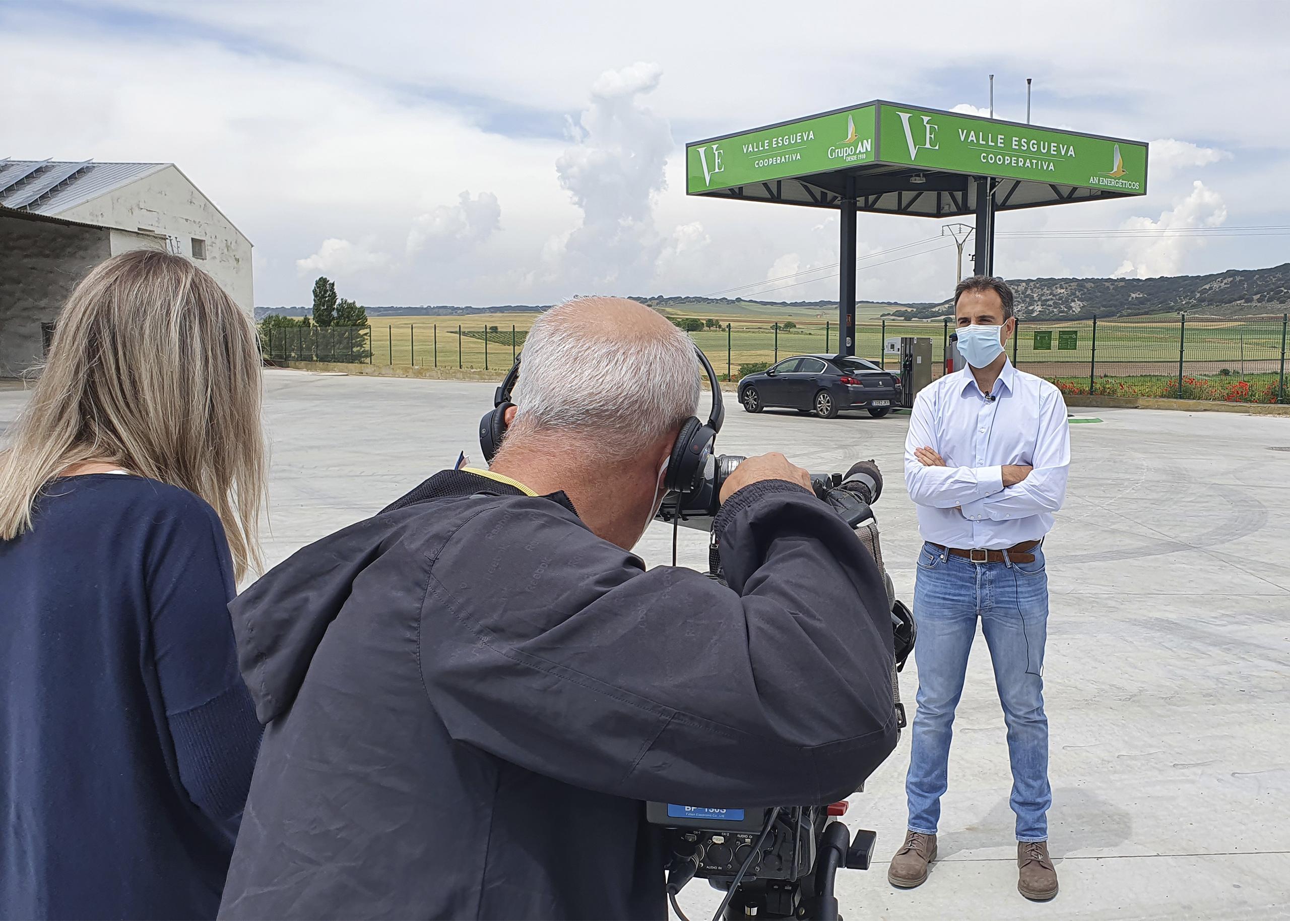 Óscar Castañeda, delegado de Carburantes del Grupo AN en Castilla y León, con el equipo del programa Surcos en la gasolinera de la cooperativa Valle de Esgueva