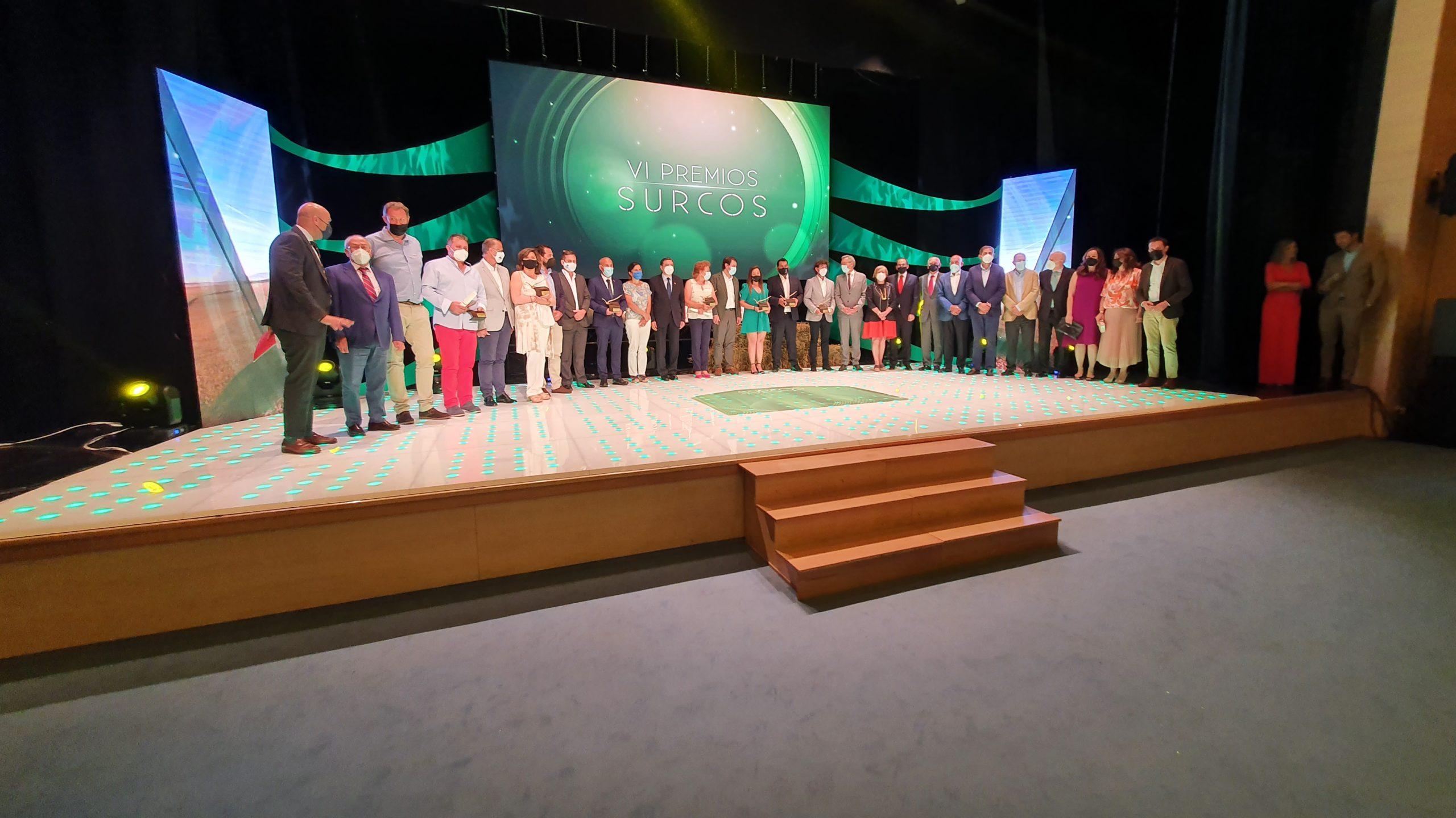 Premiados, patrocinadores y autoridades sobre el escenario de los Premios Surcos